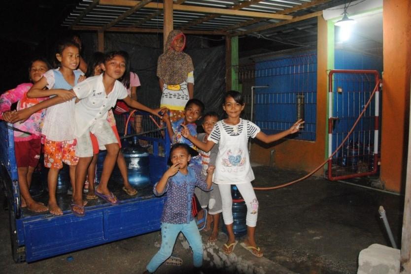 Anak-anak bersuka-cita melihat pengisian air desalinasi di Kodingareng Lompo