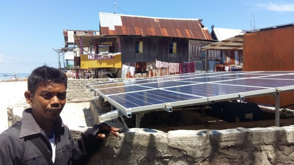 Kahar di depan solar panel untuk mesin desalinalisasinya