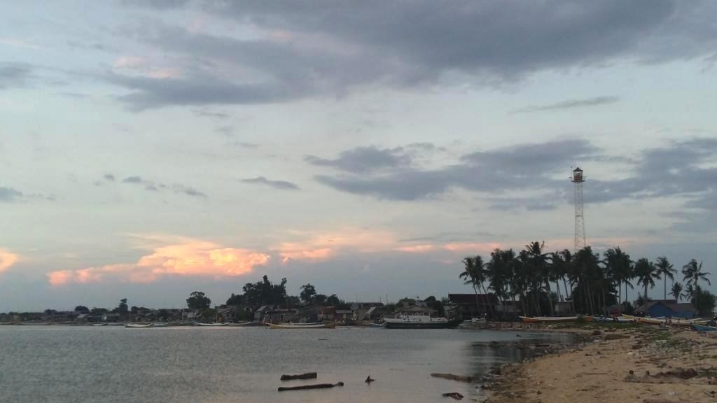 Pulau Kodingareng di sisi selatan