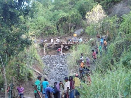 Kerjabakti warga Langkuru, modal sosial yang baik (foto: Jeszy Patiri)