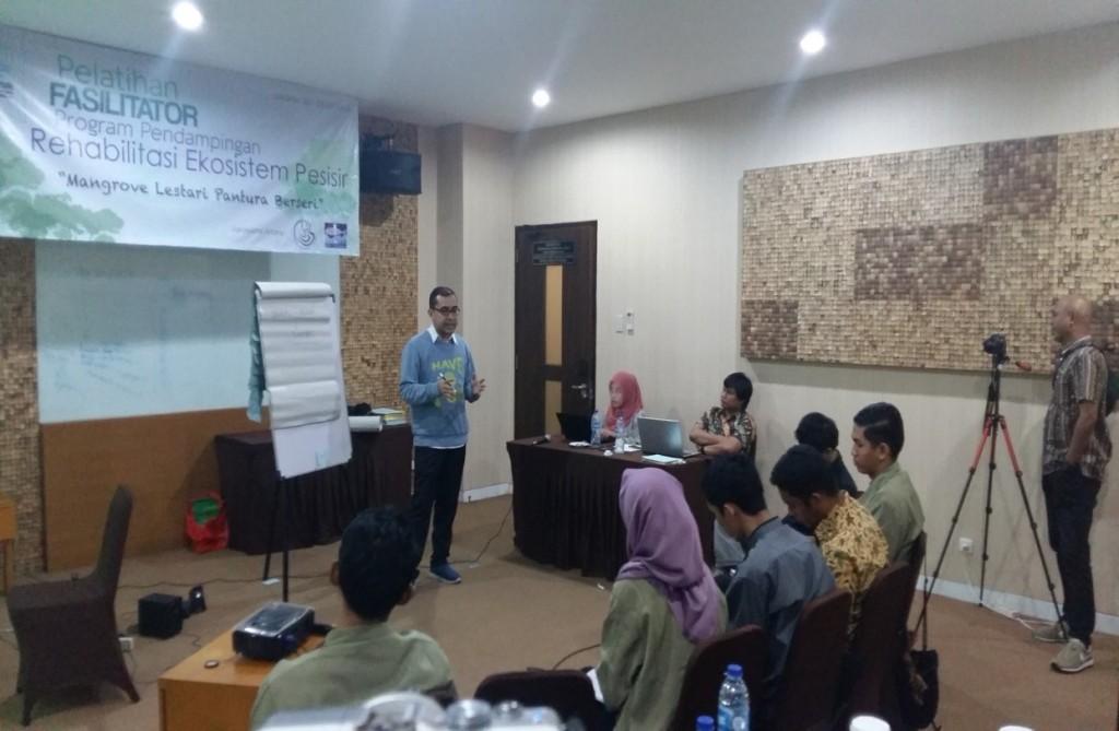 Moh. Abdi saat memaparkan substansi dan arah program Propesisir (foto: DFW Indonesia)
