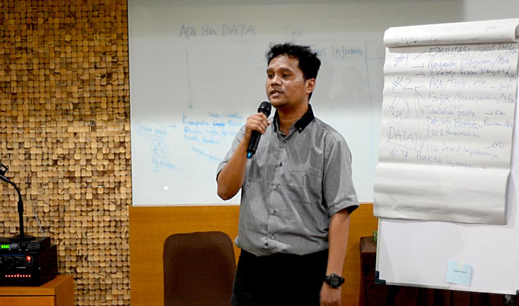 Yusran Darmawan menerangkan Undang-Undang Desa (foto: DFW Indonesia)