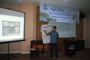 Yusran Nurdin saat menjelaskan aspek ekologi mangrove (foto: DFW Indonesia)