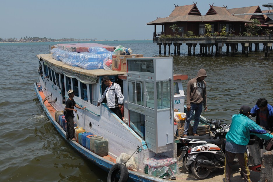 Suasana keberangkatan kapal di Dermaga Kayu Bangkoa Makassar Menuju Kodingareng Lompo (foto: DFW)