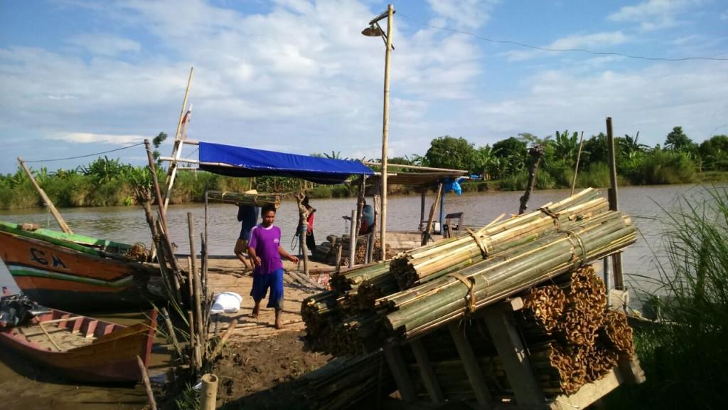 Ajir diangkut ke kapal di dermaga Desa Mojo