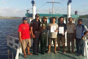 Nelayan dan para petugas berwenang di atas sebuah kapal di Saumlaki