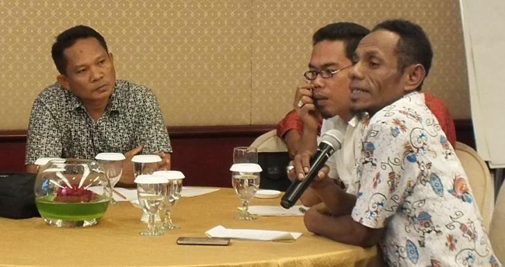 Williams berbicara di Workshop Nasional Program PRAKARSA didampingi La Ode Hardiani, Desember 2015 lalu (foto: DFW Indonesia)