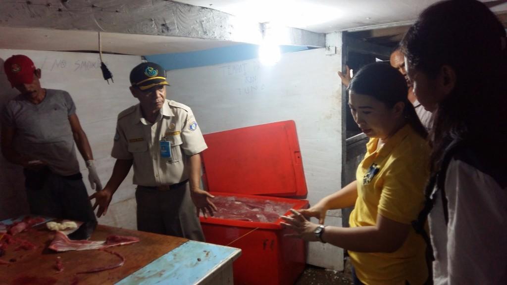Pegawai Karantina Perikanan Biak di lokasi tuna loin Haji Yususf