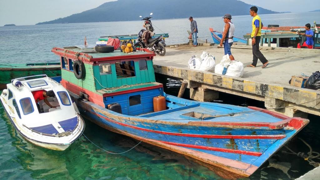 Aktivitas di Pelabuhan Selat Lampa, Natuna, Kepulauan Riau pada awal September 2016. KKP sedang membangun sentra perikanan dan kelautan terpadu (SKPT) di Selat Lampa ini. Foto : M Ambari (Mongabay)
