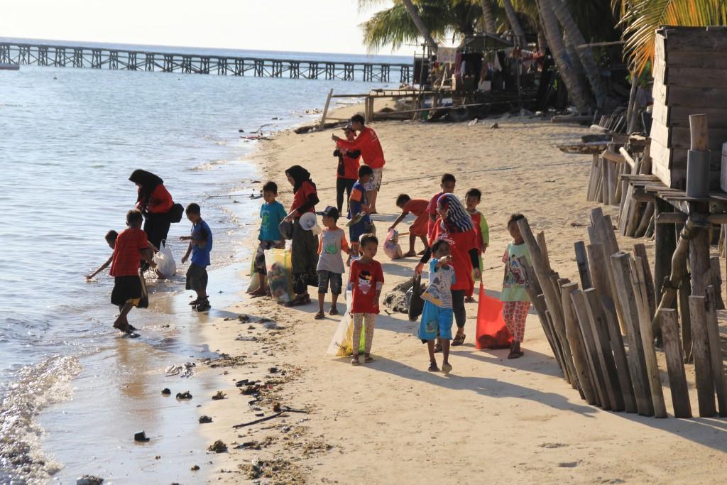 Ekspedisi Pinisi Lakukan Bakti Sosial di Pulau Selaru